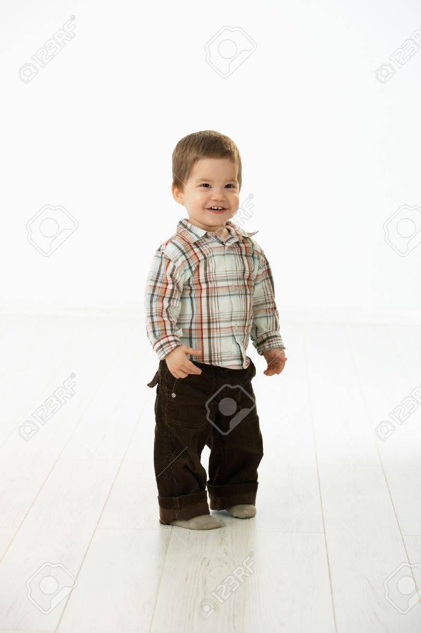 00c5a0c75 Retrato De Tamaño Completo De Lindo Niño 2 3 Años En Ropa Casual Mirando A  Cámara Sonriendo Estudio Sobre Fondo Blanco