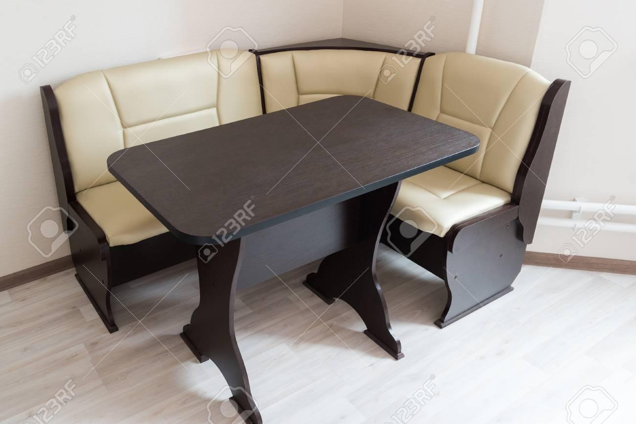 canape d angle de cuisine et table a l interieur