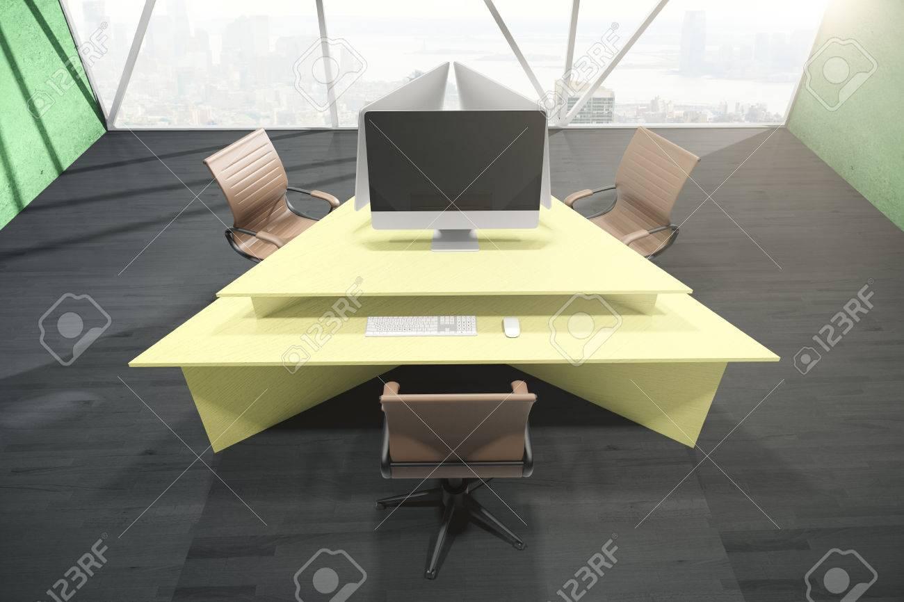 banque d images interieur de bureau avec table triangulaire jaune abstraite trois chaises pivotantes ecran d ordinateur vide et vue sur la ville avec la