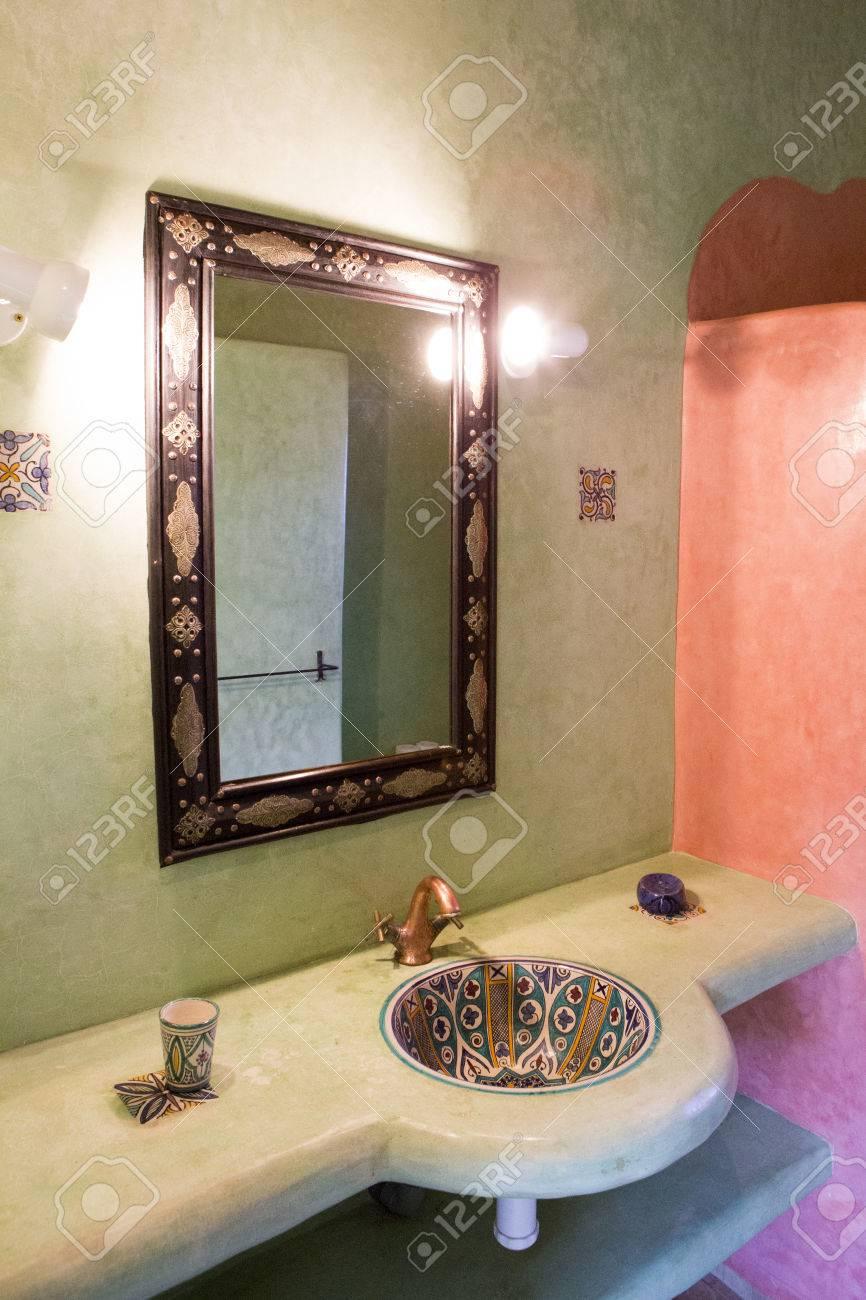 spa d inspiration marocaine et salle de bains au maroc vue de l evier douche et le miroir avec un equipement d eclairage banque d images et photos libres de droits image 42653931