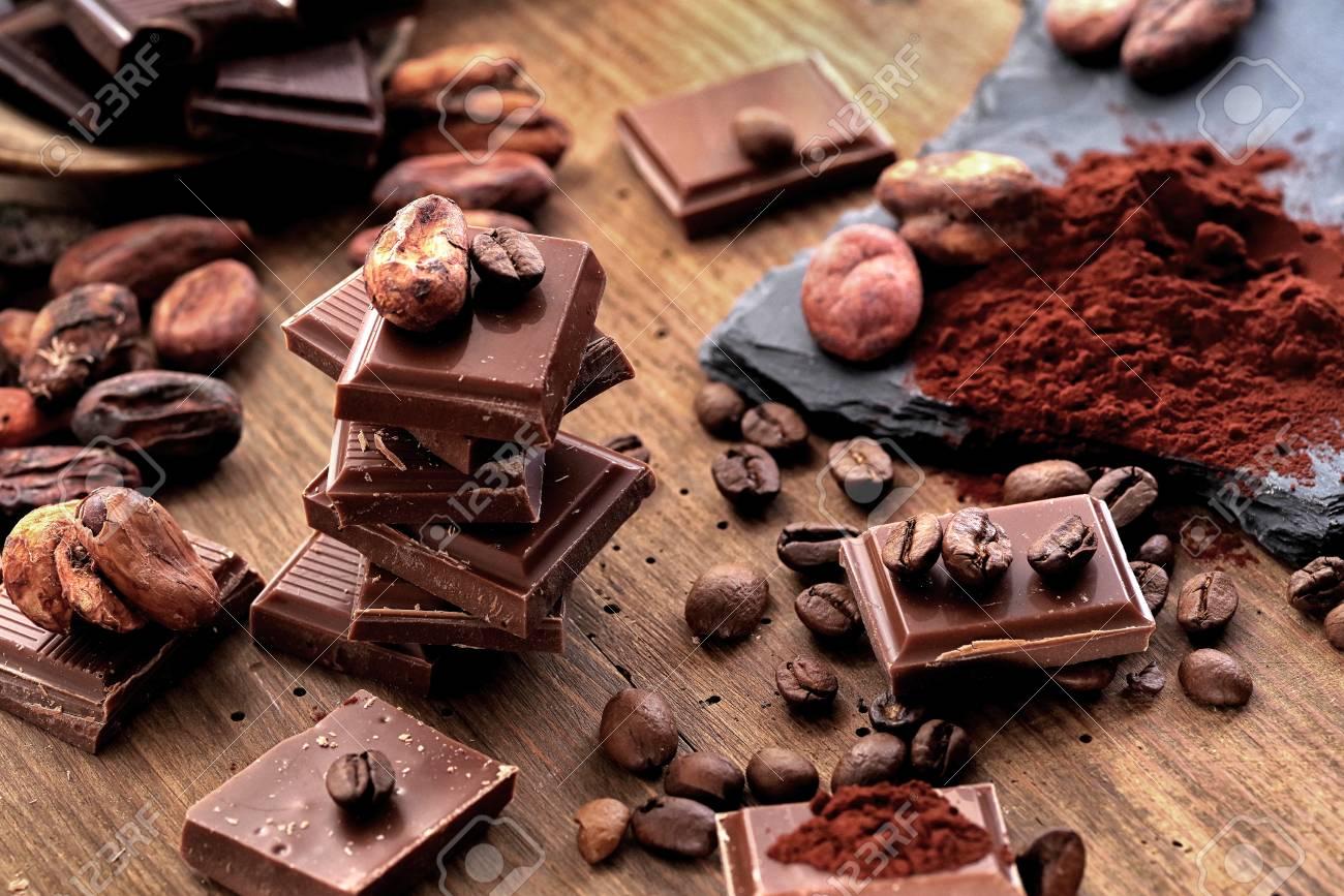 https fr 123rf com photo 96643227 chocolat noir cass c3 a9 poudre de cacao et grains de caf c3 a9 sur une table en bois html