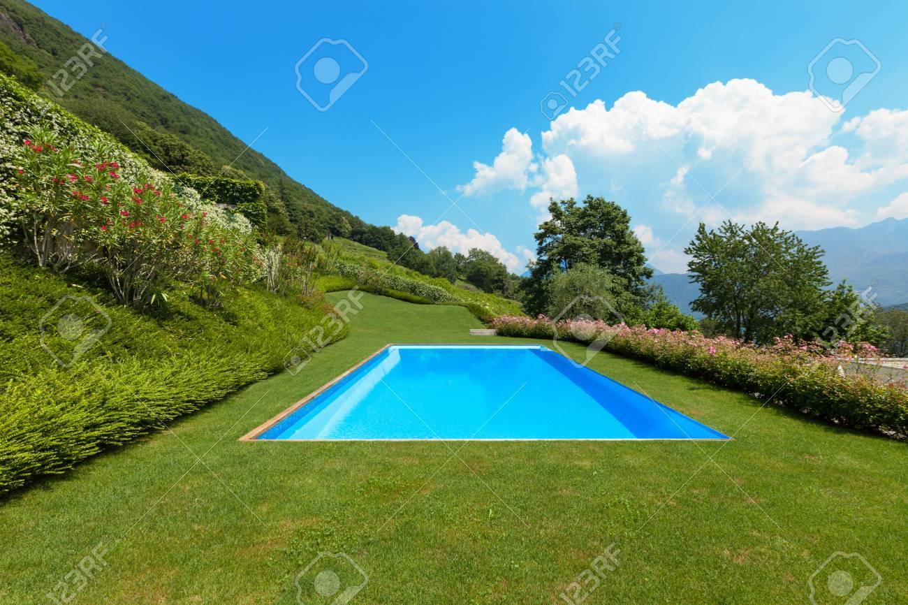 beau jardin verdoyant avec piscine a l exterieur banque d images et photos libres de droits image 44136963
