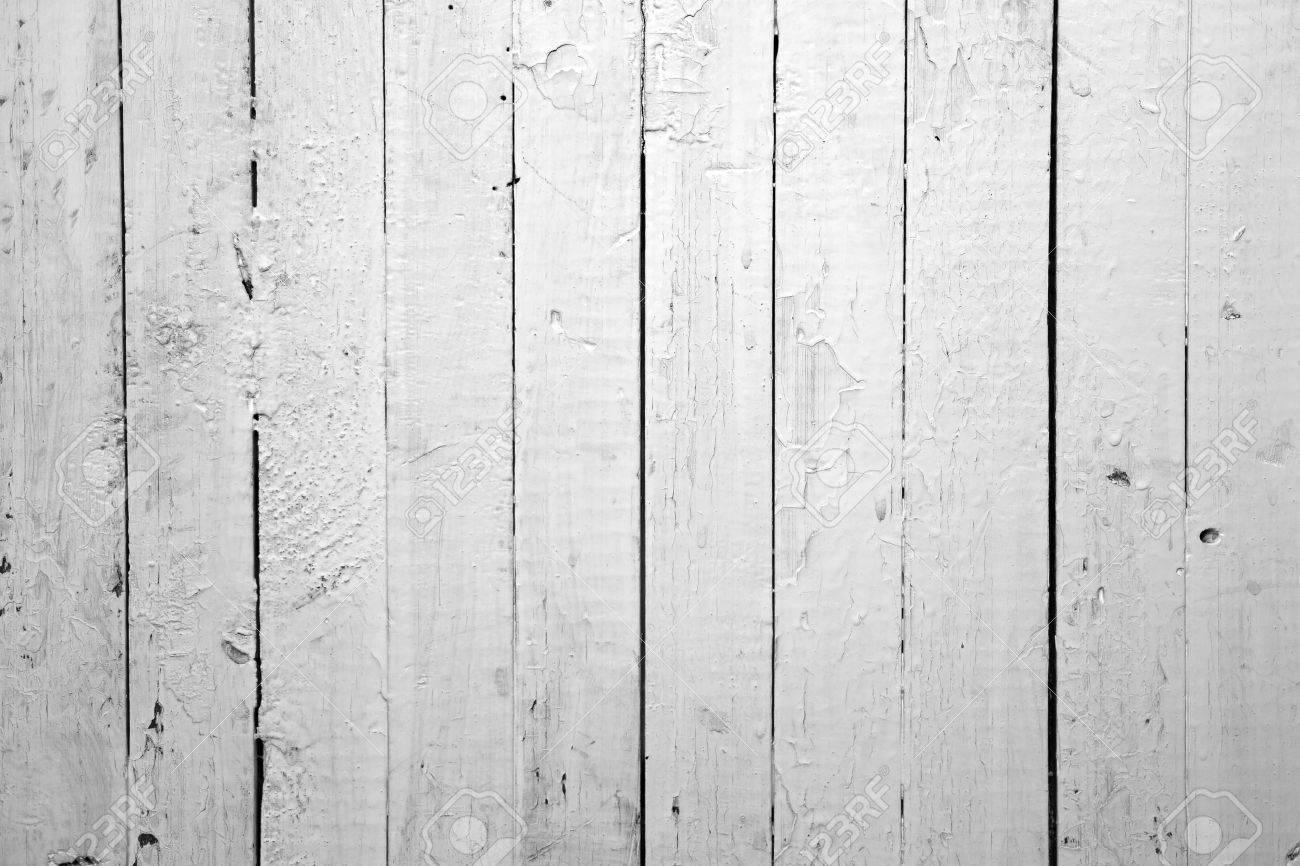 le fond de blanc surmonte de bois peint