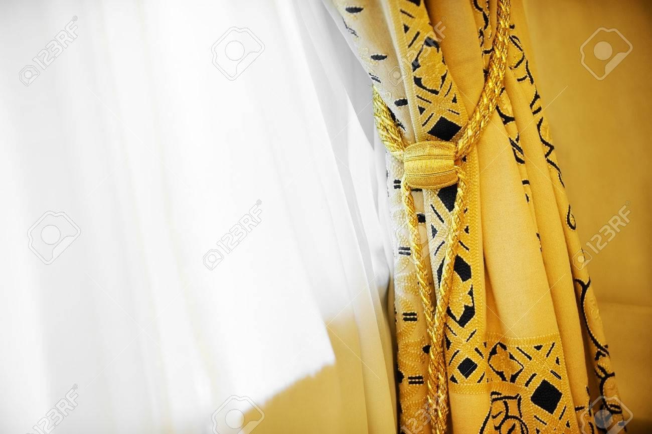 fenetre jaune luxe rideau avec pompon decoratif