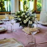 Table Set For A Ceremony In An Italian Restaurant Celebrations For A Wedding Basket With Champagne Floral Decorations Pink Tablecloth Luxury Elegance Refinement Fotos Retratos Imagenes Y Fotografia De Archivo Libres De