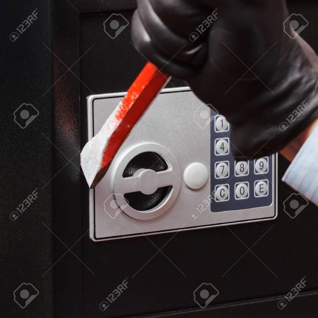 la main de l homme dans une chemise rayee et des gants noirs briser un coffre fort isole sur blanc petite maison ou a l hotel en toute securite banque d images et photos libres de