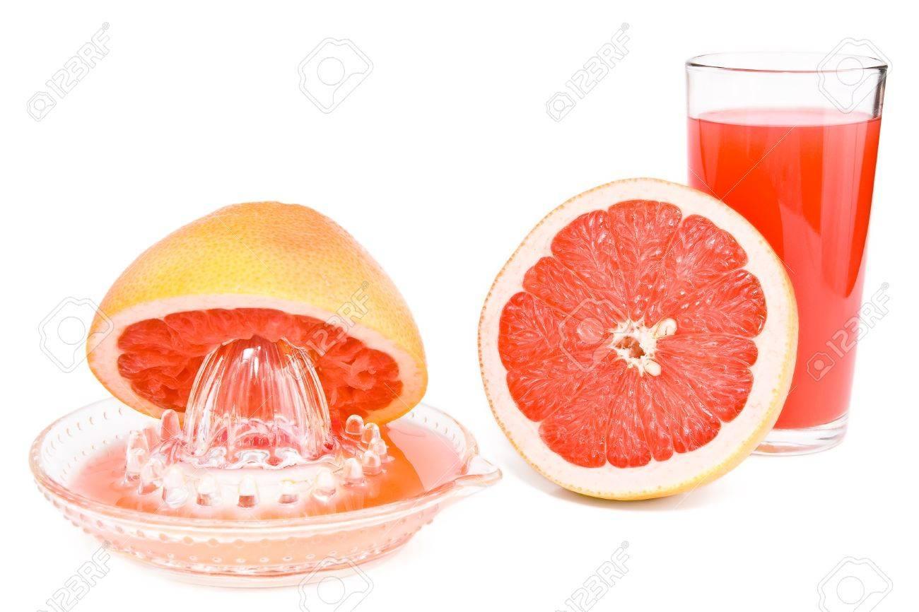 presse agrumes couper un pamplemousse et un verre de jus sont isolees sur le blanc