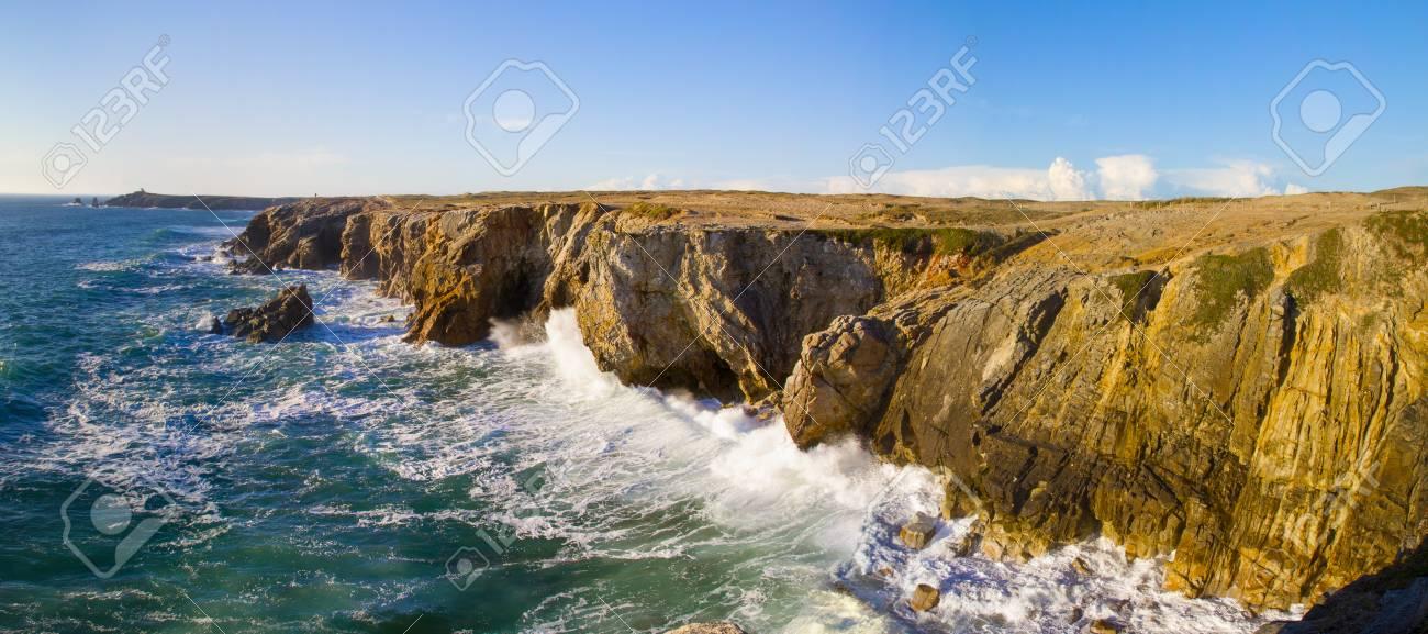 vue de la falaise de la cote sauvage bretagne france