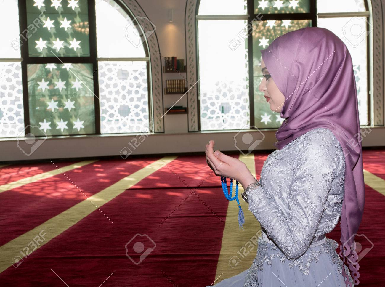 jeune fille qui prie dans la mosquee
