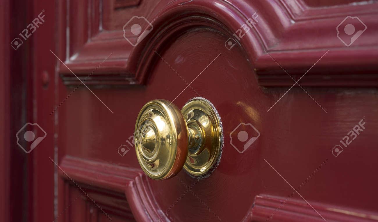 brillant poignee laiton en metal sur la porte d entree en bois marron rouge entree securisee a la maison