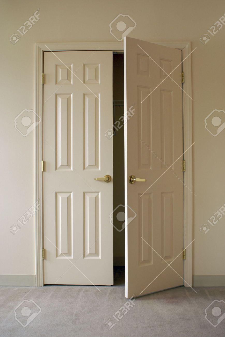 blanc casse mur fraichement peint et privee portes les portes sont fermees