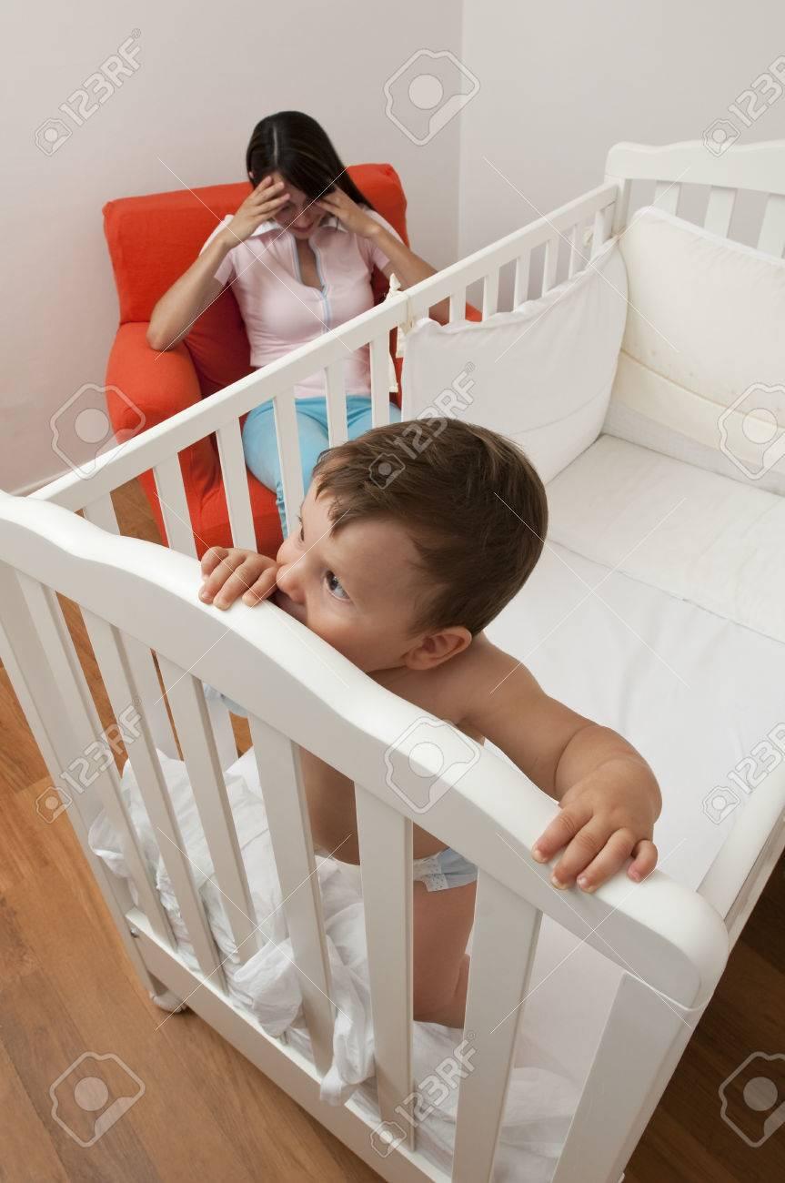 Bébé Ne Veut Pas Dormir : bébé, dormir, Bébé, Dormir,, Mère, Fatiguée, Chaise, Banque, D'Images, Photos, Libres, Droits., Image, 34056292.