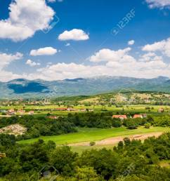 foto de archivo paisaje rural de montenegro t pico casas de campo en los campos peque o r o y la sierra en un fondo niksic montenegro  [ 1300 x 865 Pixel ]