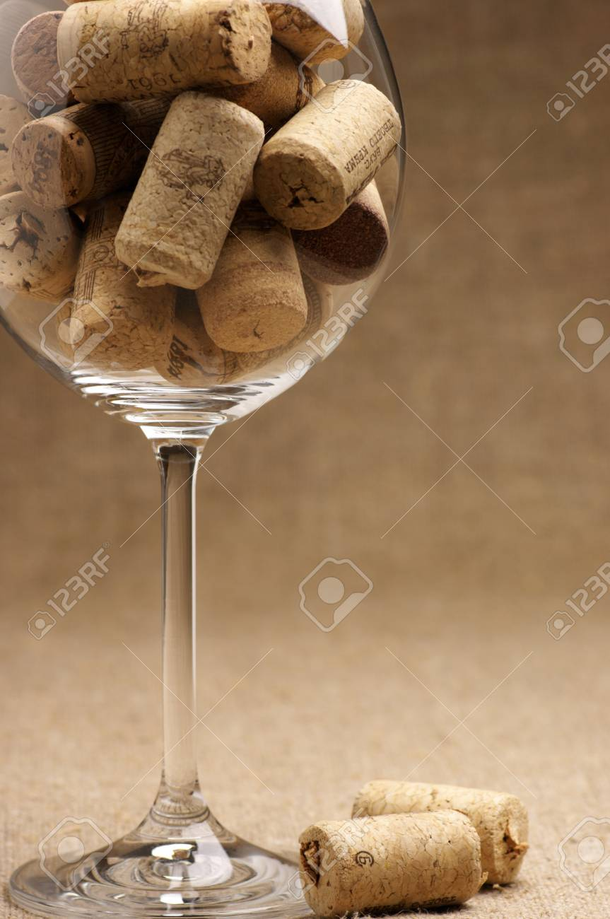 tas de bouchons de liege utilises vintage en verre a vin sur toile de jute