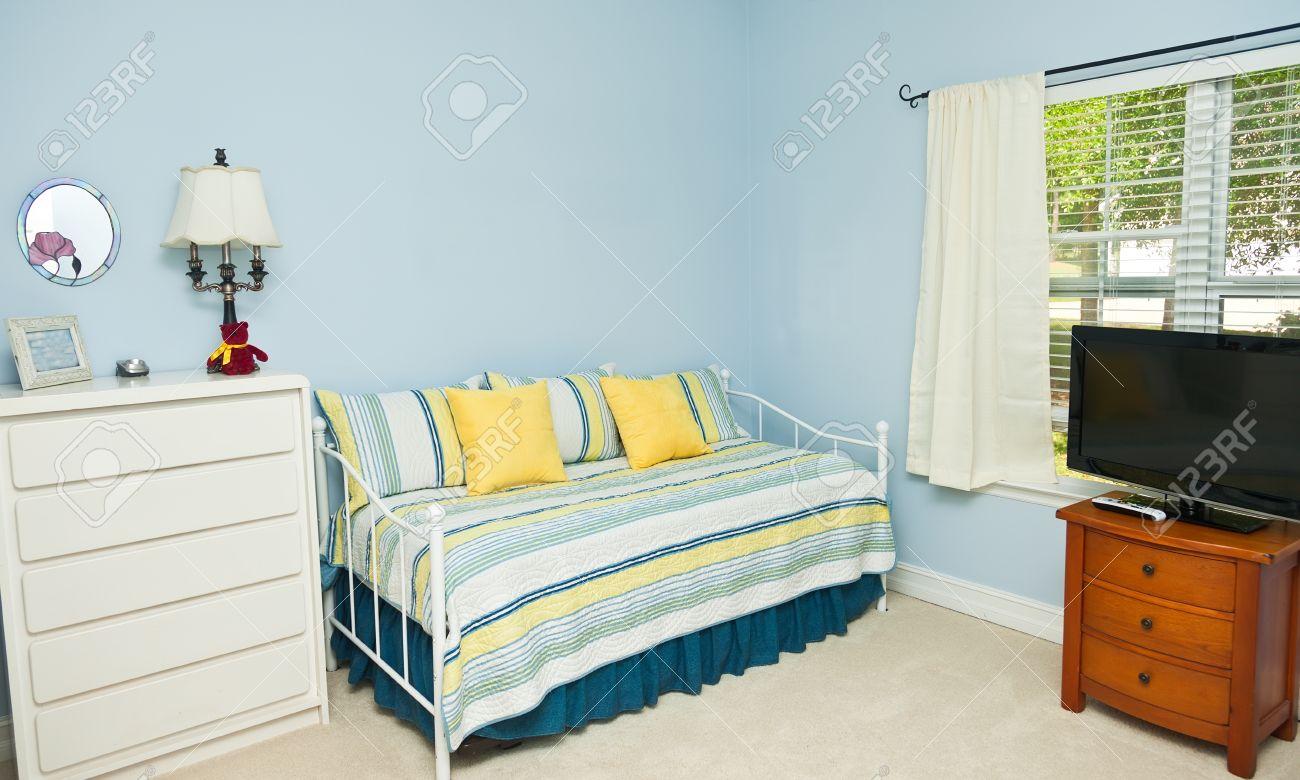 Visualizza altre idee su pareti a strisce camera da letto, pareti a strisce, camera da letto. Immagini Stock Blu Pareti Colorate In Una Camera Da Letto Con Un Divano Letto Tv E Como Image 22266091