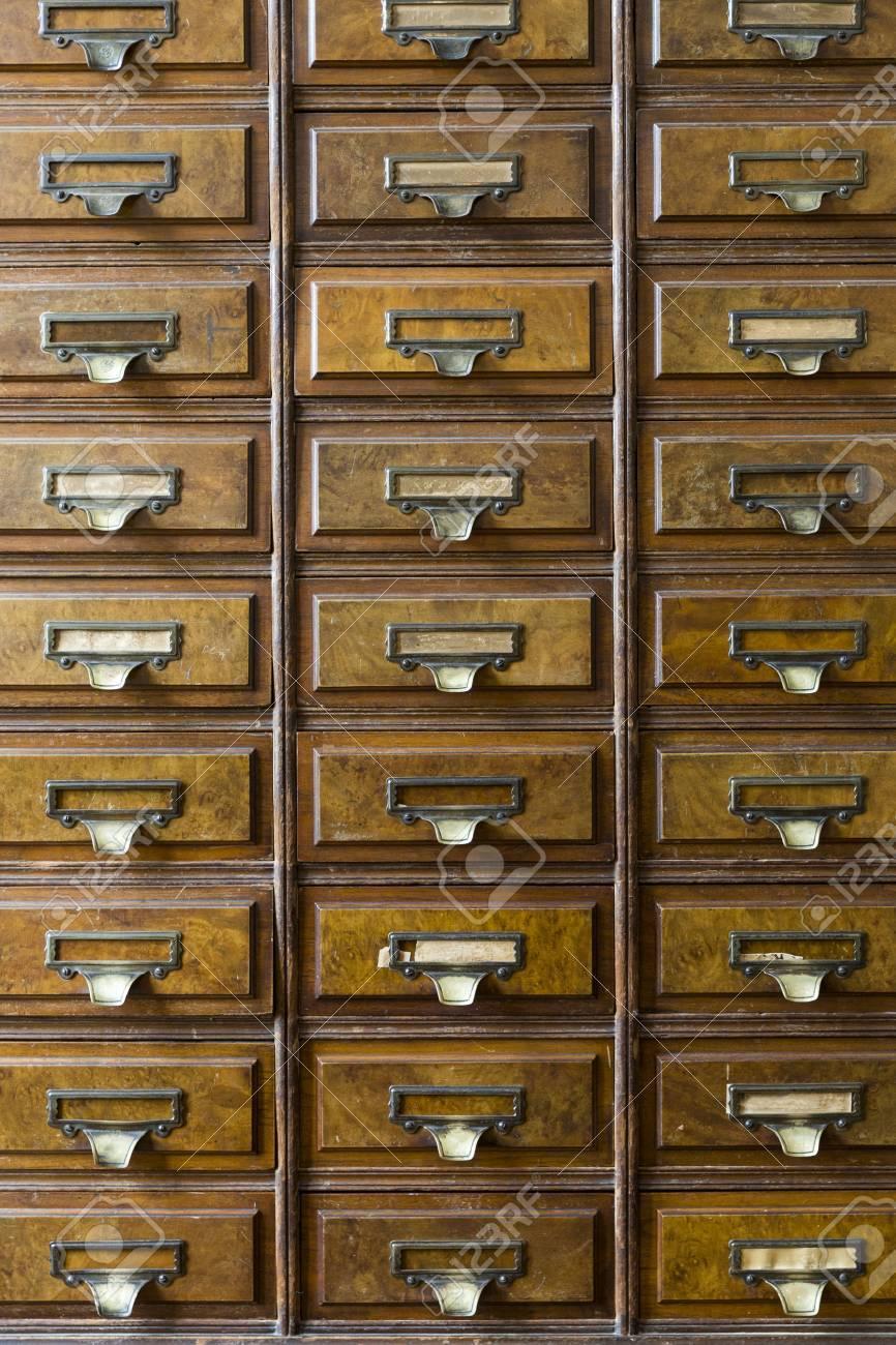 close up d une tres vieille armoire apothicaire banque d images 43560216