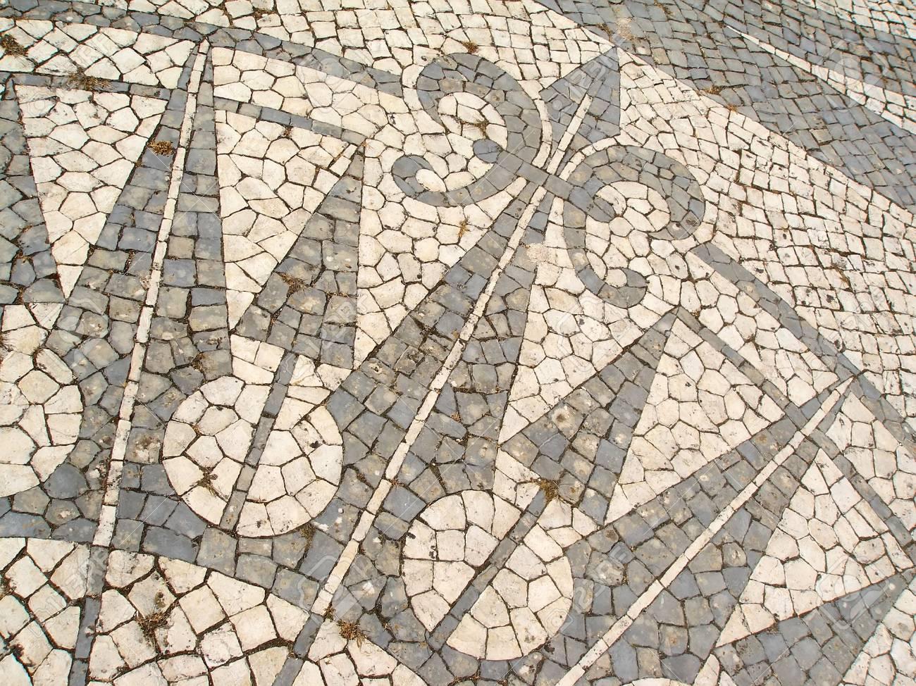 Mosaique Dans Un Trottoir Portugais Mettant En Vedette Une Rose Des Vents Banque D Images Et Photos Libres De Droits Image 6361749