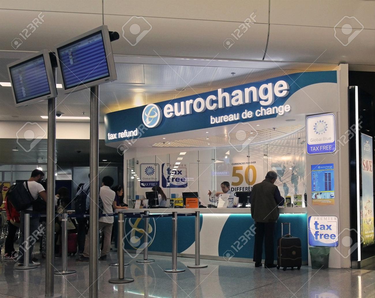 athenes grece mai 05 remboursement d impot et un bureau de change a l aeroport international d athenes eleftherios venizelos avec les gens attendent en