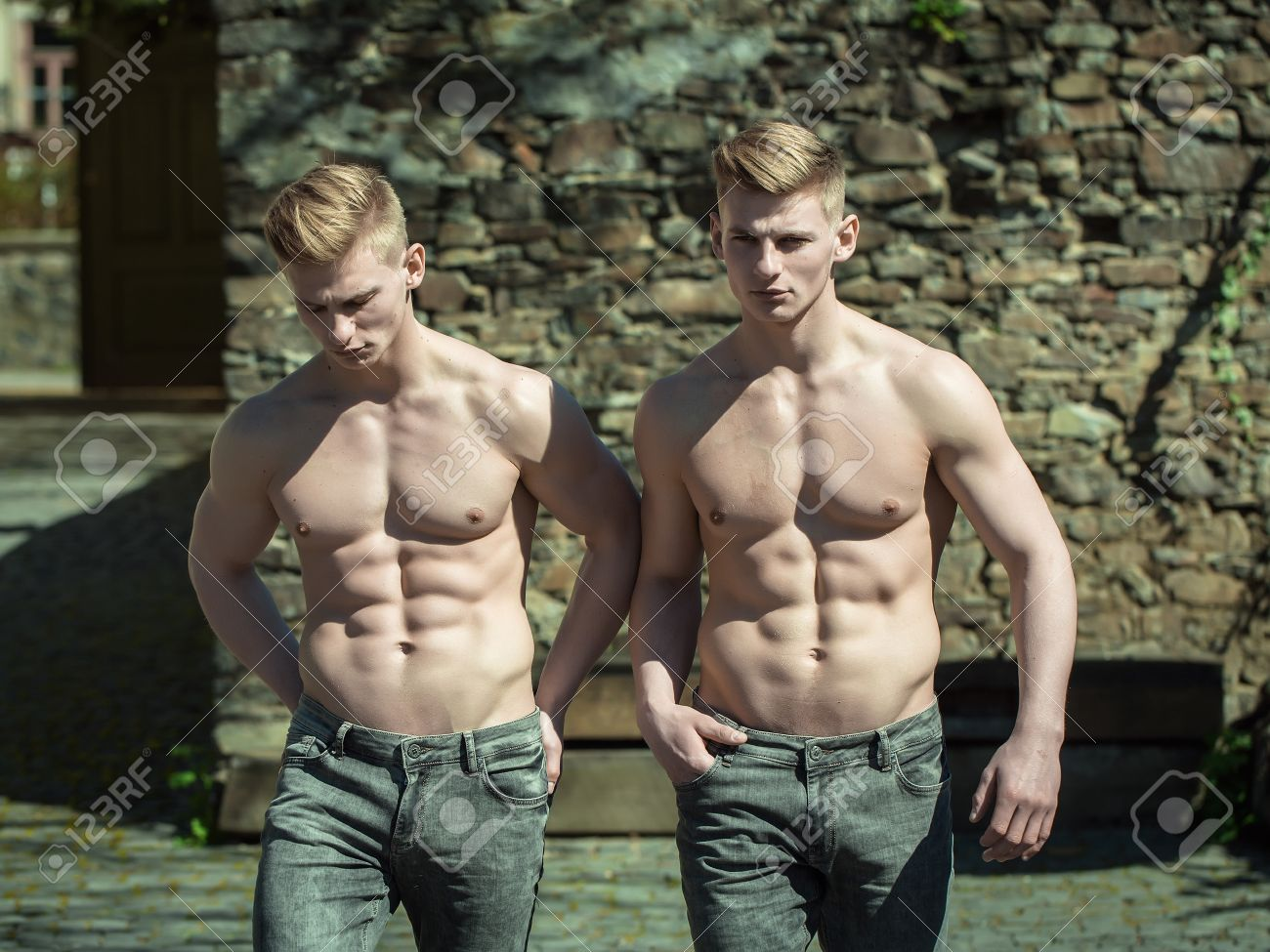 6ca2a81eb9806 Junge Männer Jeans