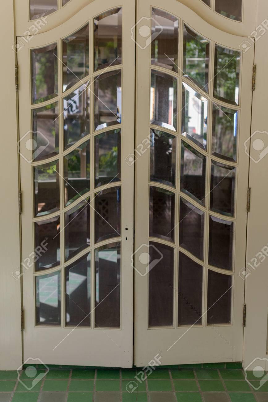 verre double vitrage porte d entree de la salle de carreaux banque d images et photos libres de droits image 52408211