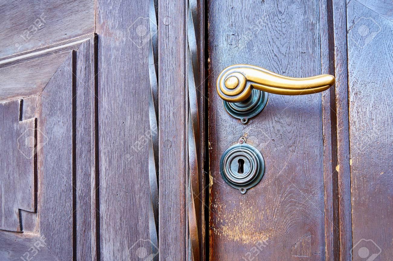 ancienne porte d eglise en bois avec poignee en laiton avec serrure
