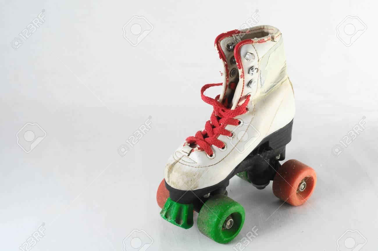 patin a roulettes vintage use sur fond blanc banque d images et photos libres de droits image 69690061