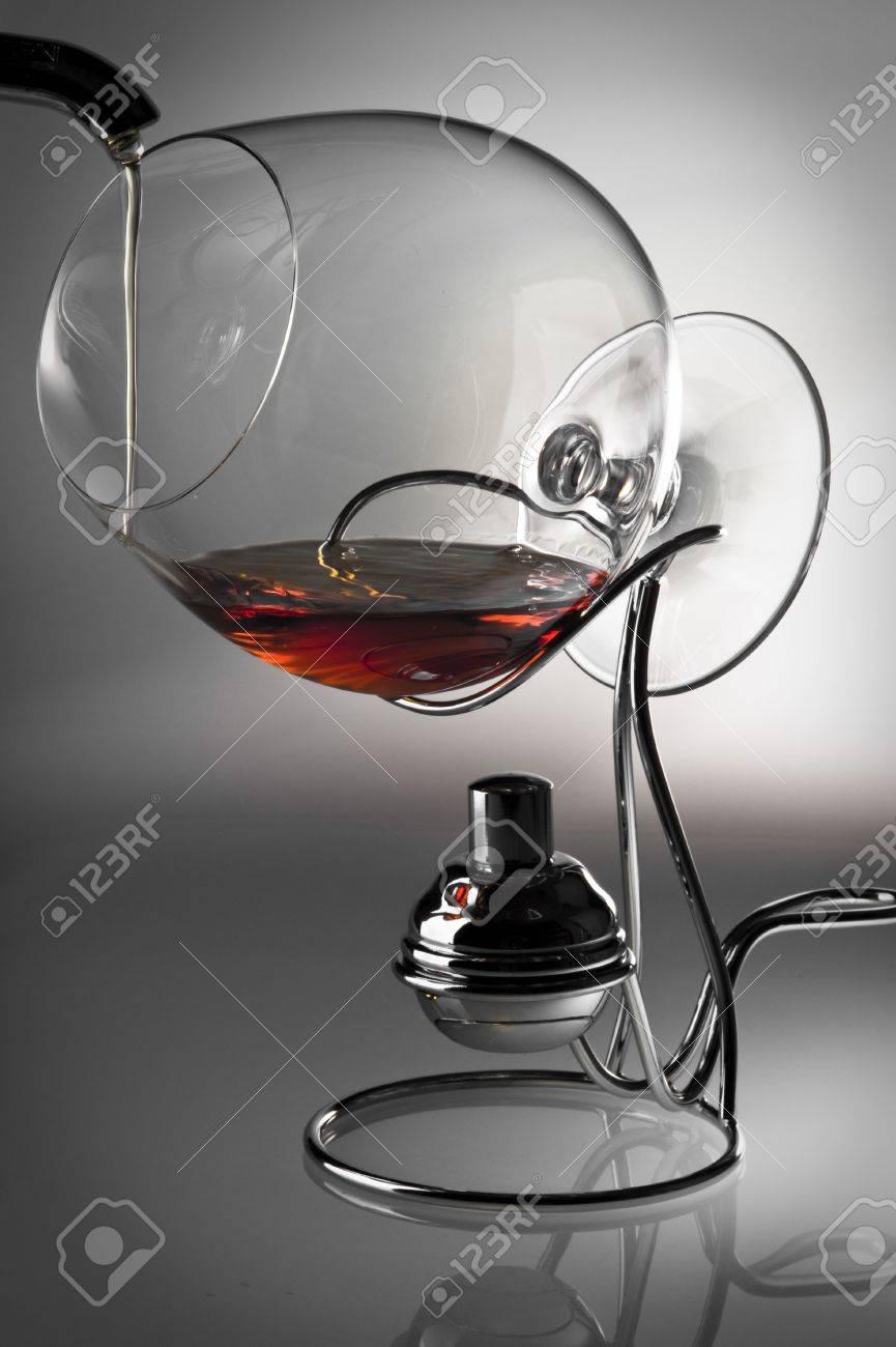 Das Glas Mit Alkohol Kosten Auf Einem Träger Für Heizung. Das