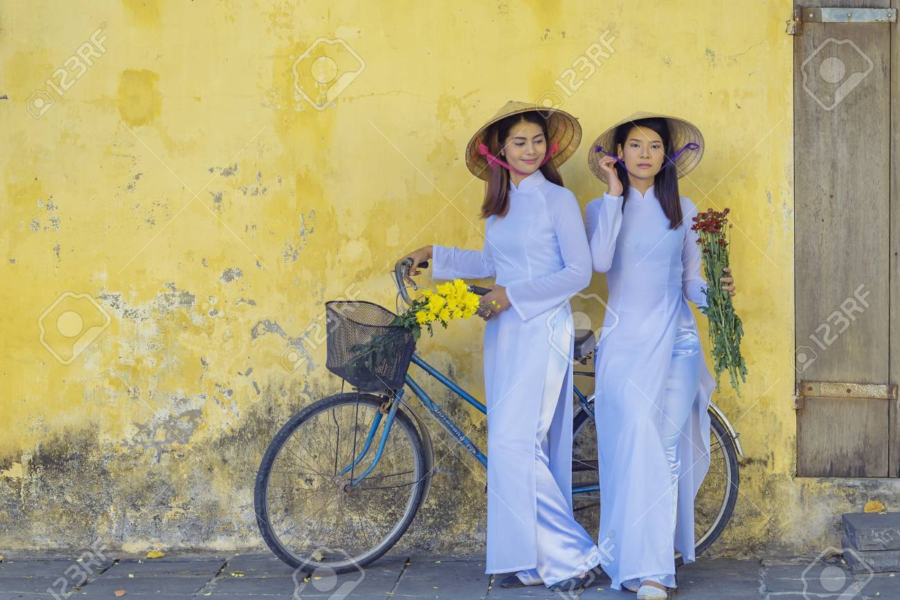 アオザイは、ベトナムの女性有名な伝統的な衣装です。 の写真素材・画像素材 Image 69432879.