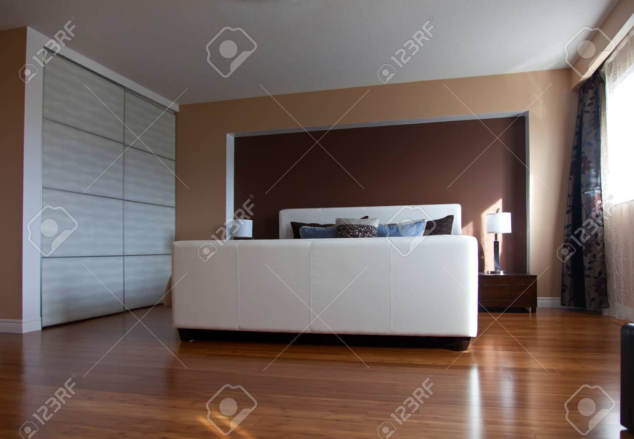 design d interieur chambre a coucher moderne appartement contemporain apres la renovation des planchers en bambou angle vue banque d images et photos libres de droits image 69107561
