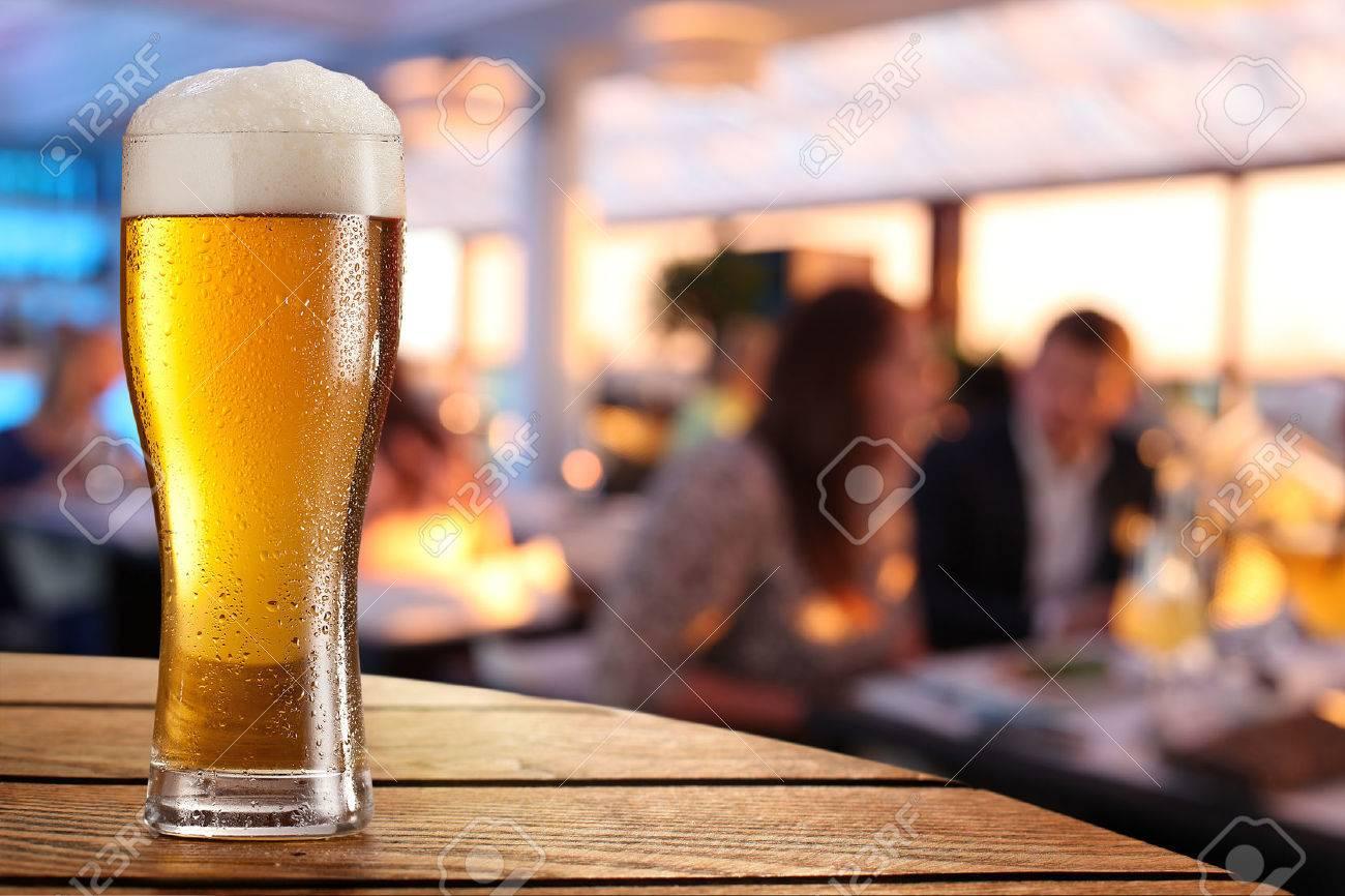 photo de verre de biere froide sur la table de bar