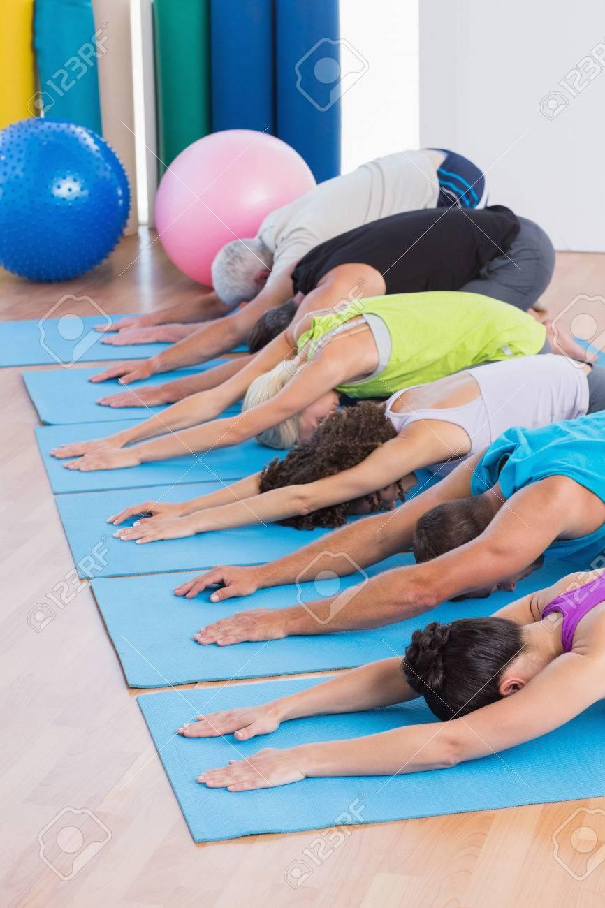 rangee de personnes pratiquant l enfant pose sur tapis de gymnastique en salle de gym banque d images et photos libres de droits image 36423023