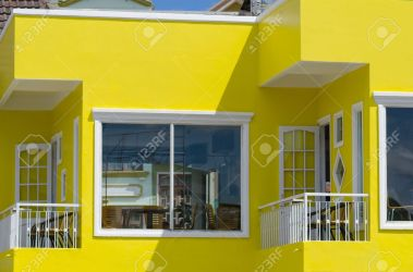 Brillante Casa Pintada De Color Amarillo Con Pequeños Balcones Fotos Retratos Imágenes Y Fotografía De Archivo Libres De Derecho Image 40058869