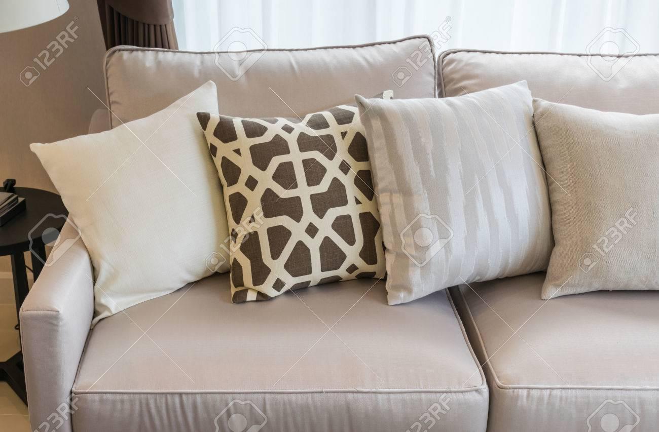 salon moderne avec rangee de coussins sur un canape