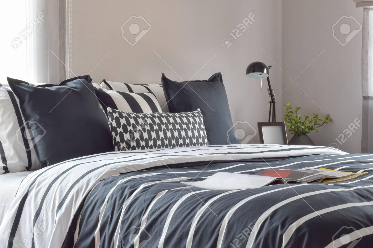 banque d images interieur de chambre a coucher moderne avec oreillers et lampe de lecture sur la table de chevet