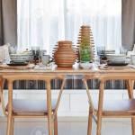 Esstisch Und Bequeme Stuhle Im Modernen Haus Mit Elegantem Tischdekoration Lizenzfreie Fotos Bilder Und Stock Fotografie Image 83990591