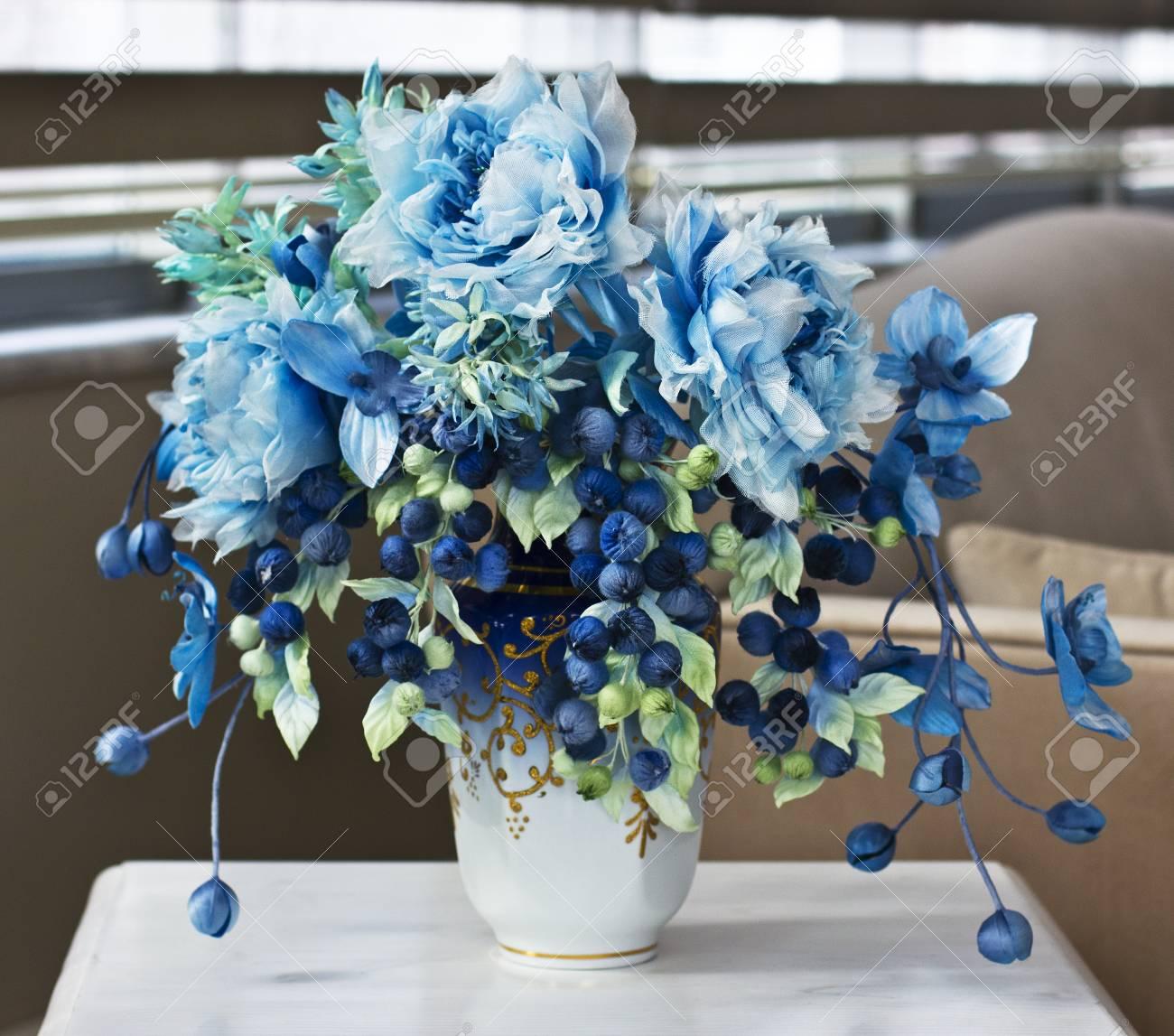bouquet de grandes fleurs bleues et de boutons fermes fleurs artificielles dans le vase pour l interieur