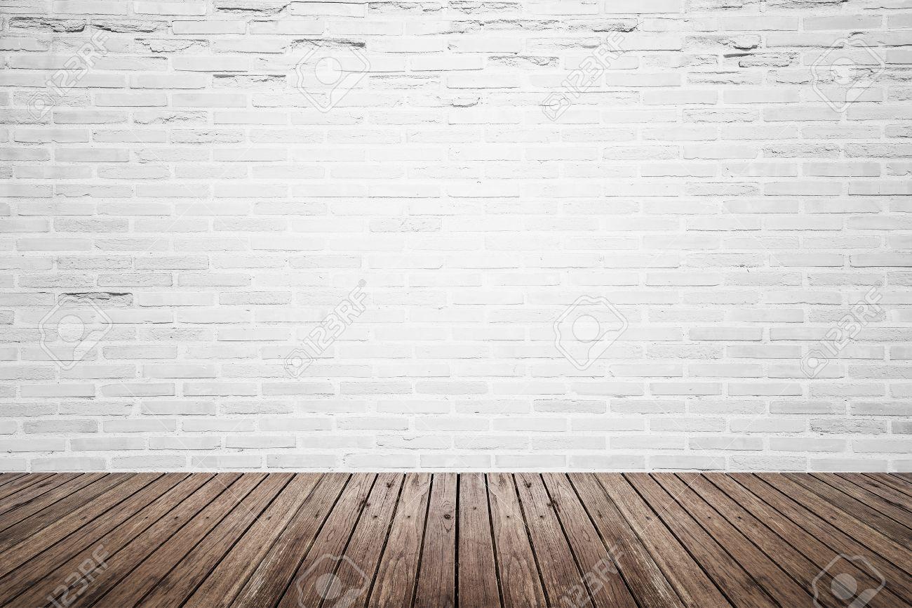 ancien inter chambre avec mur de briques blanc casse et grunge plancher de bois texture