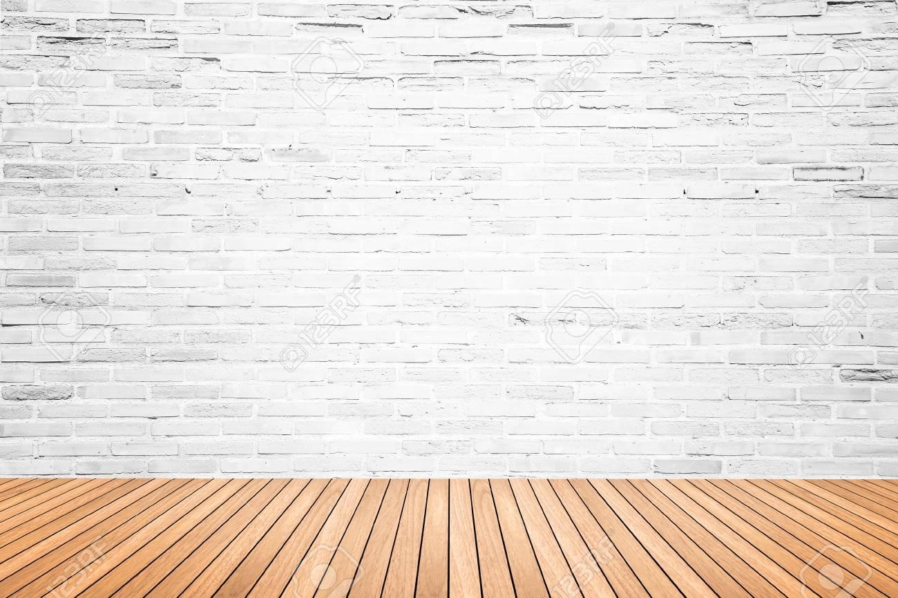 old room interieur avec mur de briques blanc casse et grunge plancher de bois texture