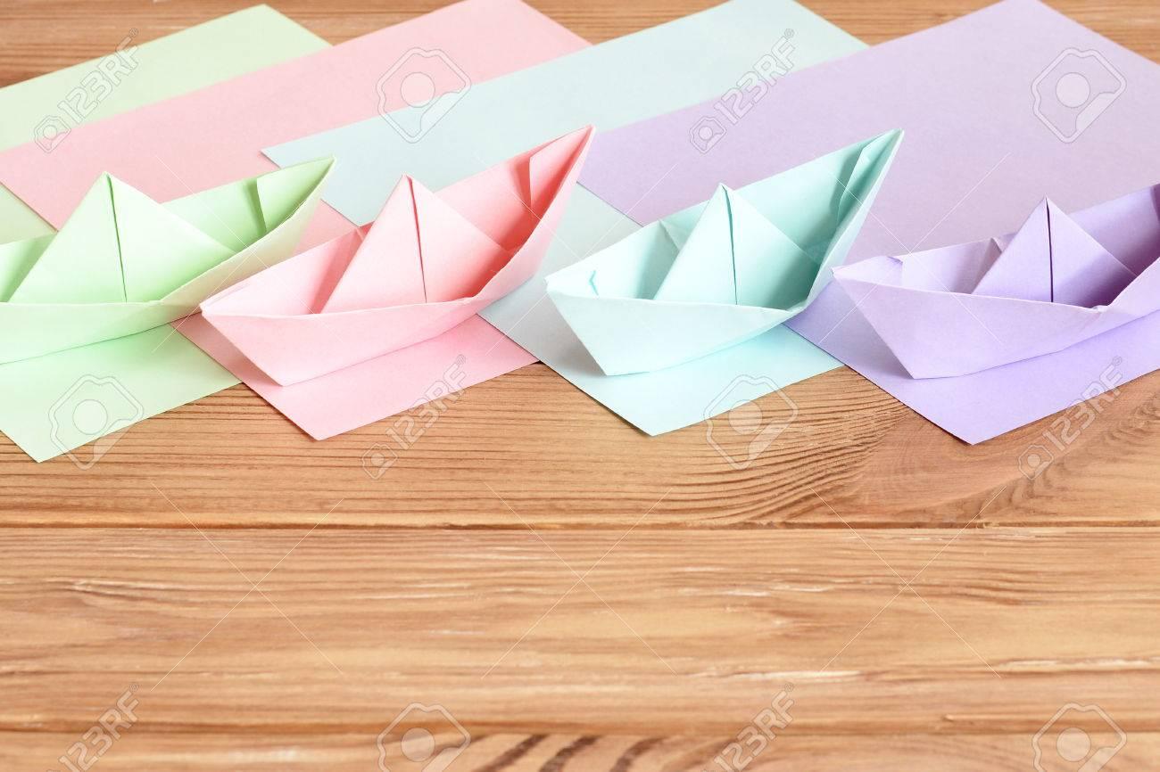 b9ddba17b Rosa Verde Lila Azul Barcos De Papel Origami Juguetes De Mesa De Madera Con  El Espacio Vacío Para El Texto Hojas De Papel De Colores Fácil De