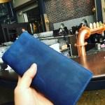 """なぜ僕はあえて、一般的に""""お金の流れていく色""""と言われる""""青""""を、長財布の色として選んだのか?"""