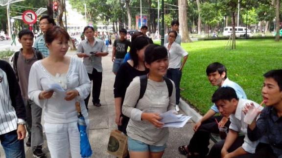 អ្នកសរសេរ ប្លក់ ង្វៀង ហ្វាង វី (Nguyen Hoang Vi ) ដើរចែក   ដើរចែកសេចក្ដីប្រកាសជាសកលស្ដីពីសិទ្ធិមនុស្សនៃអង្គការ   សហប្រជាជាតិ កាលពីថ្ងៃទី ៣០ ខែមេសា និង ០៥ ឧសភា   ឆ្នាំ ២០១៣ នៅតាមសួនច្បារ ។ រូបថត HRW