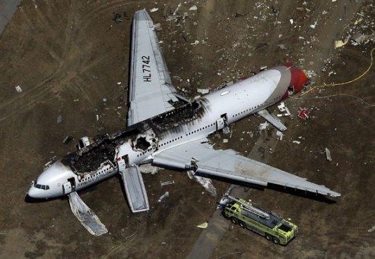 យន្តហោះ ប៊ូអ៊ីង 777 របស់ក្រុមហ៊ុន Asiana ដេកនៅកន្លែងធ្លាក់ពេលចុះចត ដោយឆេះខ្លោចលើខ្នងនៅក្នុងព្រលានយន្តហោះសានហ្វ្រានស៊ីស្កូ។ AFP