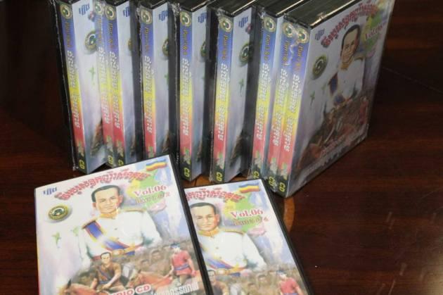 """CD ល្ខោននិយាយរឿង """"វីរបុរសឧកញ៉ា សឺង គុយ"""" ចេញឆ្នាំ ២០០៥ រៀបរៀងដោយ អ្នកស្រី កឿង សាខន និង លោក សឺង ខាន់ នៃផលិតកម្មខ្មែរក្រោម ។"""