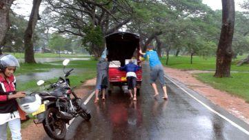 Sascha helps the tuktuk driver
