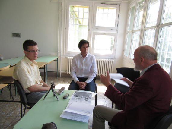 Czeglédy Csaba és Donáth Ferenc beszélgetnek a szegedi börtönben, a hangfelvételt Veres Dávid készíti. Fotó: Tamás Tibor