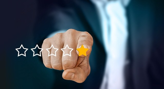 A person pointing to one star customer experience because recognizing fake moving reviews was unsuccessful.