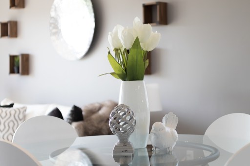white flowers in a vase is one of staging ideas for your Mississippi home