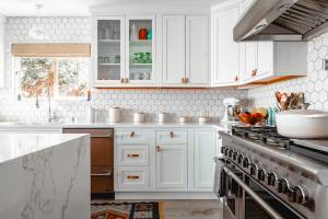 A kitchen as a perfect example you should follow when keeping your kitchen organized