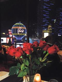Trinaest ruža čekale su ih na stolu