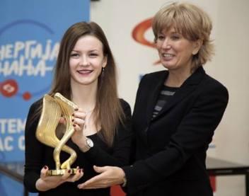 Marijana dobija zlatnu statuu Energija znanja od Snežane Lakićević, menadžerke za saradnju sa univerzitetima u NIS-u